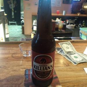 今日は、マッサージ屋を早めに切り上げて、ビール飲みに来ました。Killian's 美味.