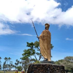 カルアポークとロミロミサーモンのオムレツとカメハメハ像