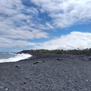 カメハメハ大王像の後は、ヒロから比較的近い Black Sand Beach  ということ...