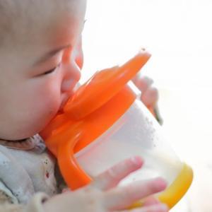 哺乳瓶はいつまで使う?コップへの切り替え時期は?【1歳児保育】
