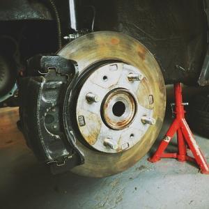 『タイヤが外れちゃう?』ベンツのブレーキを踏むとペダルが跳ね返る現象