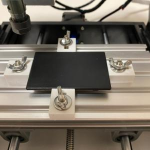小型ケースを固定する CNC クランプ