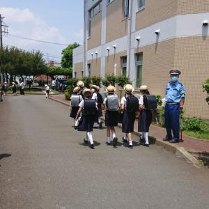 横浜国立大学教育学部附属 横浜小学校で「交通安全教室」が行われ、平野部長と湯山交通副部長が指導に当たりました。