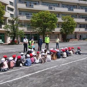 大鳥小学校で「歩行訓練」が行われ、乾交通副部長と湯山交通副部長が指導に当たりました。
