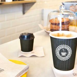 896. 最近みんなコーヒーは紙コップで飲んでるわ。
