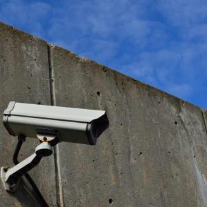 実売5500円の「Wi-Fi防犯スマートカメラ」があきばお~に入荷! 簡易防水で屋外もOK