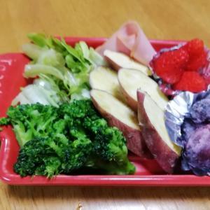 箱入り主婦baabaのずぼらサラダ♡ 小さなトースタープレートは重宝してます。赤い色は元気色!並べただけサラダでも見栄えよし(~o~)?