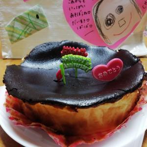 表面がまっくろくろすけの「焦げ」がポイントな【バスクチーズケーキ】♥息子が作ってくれた誕生日ケーキを失敗作だと思ってしまった箱入り主婦baabaなのだわ(笑)