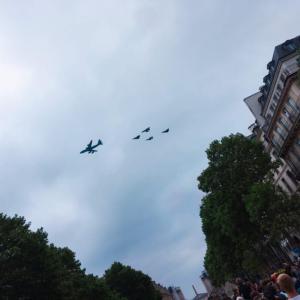 7月14日フランス革命記念日。航空ショーをマドレーヌ寺院から見ると、、