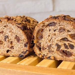 石臼挽き全粒粉の果実とクルミのパン、5種類のシリアルローフが焼き上がっています(2019.09.27)
