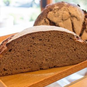 月曜日限定の全粒粉100% 自家製酵母のオーガニック パン・オ・ルヴァンを焼き上げています(2019.10.21)