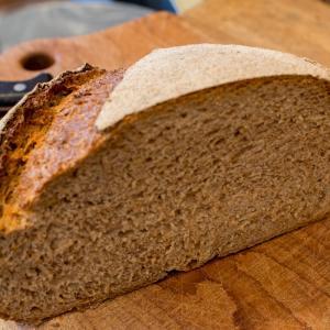 月曜日限定で、全粒粉100% 自家製酵母のオーガニック パン・オ・ルヴァンを焼き上げています