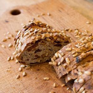 石臼挽き全粒粉の果実とクルミのパン、パン・オ・ルヴァンが焼き上がっています(2019.12.12)
