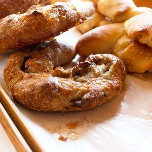 ゴルゴンゾーラチーズとはちみのつのパンが焼き上がっています(2019.12.16)