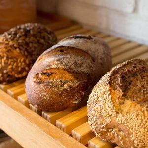 全粒粉50% 5種のシリアルローフ、石臼挽き全粒粉と果実とクルミのパン(2020.01.20)