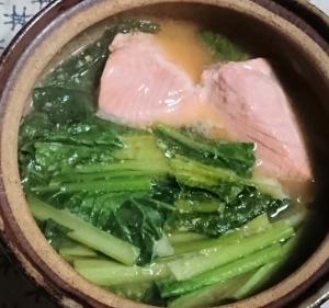 私の暖か一人鍋、小松菜と鮭の味噌バター鍋です