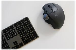 ワイヤレストラックボールマウスで手狭なデスクでの作業効率を上げる