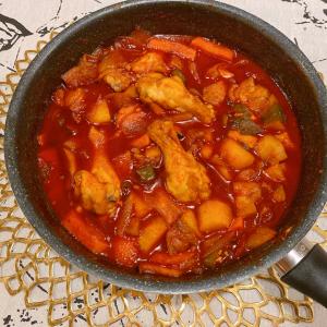 【韓国料理1分レシピ】コチュジャンベースの韓国風鶏肉じゃが、「タットリタン」