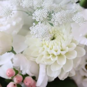 【今日の贈花】白を重ねるアレンジメント♪
