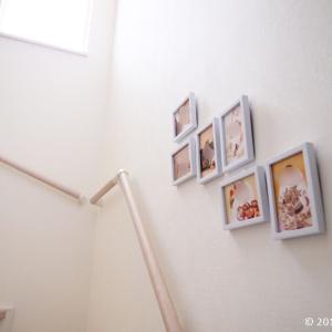 階段に癒しを♪階段の壁に写真を飾る方法