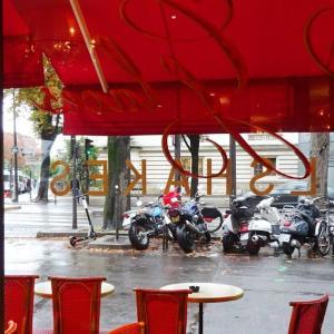 パリ、グランパレ横で休憩