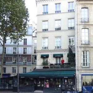 パリ5区、セーヌを眺める赤い服の人