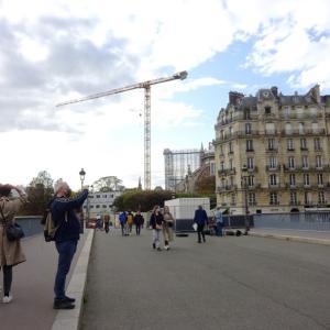 パリ、休暇期間中もノートルダムで働く皆さん
