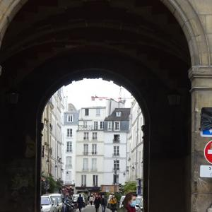 パリ4区、道路標識もマスクに変身