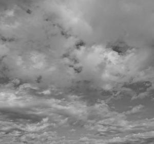 モノクロ写真・白黒写真で表す空の風景の色の濃淡とシンプルさと物寂しさ