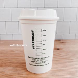 スターバックスのドリンクカップに書かれる謎のアルファベットの意味は?