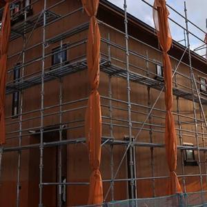 サッシとドアがついて部屋の原型が見えてきた田舎の新築一戸建