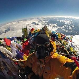 【悲報】エベレストの頂上、ゴミだらけ