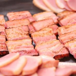 犬は加工肉のベーコンを食べても大丈夫?塩分量や注意点は?