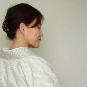 散歩着物~サマーウールに季節先取り麻の名古屋帯、琥珀の帯留