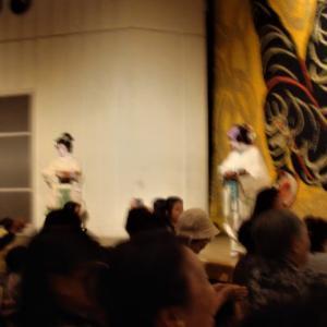 舞踊鑑賞と応援はポリエステルの着物着て