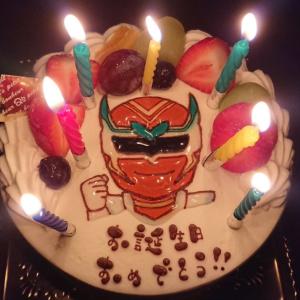 お誕生日はネイチャーレッドケーキで決まり!でも切って食べるのは凄く躊躇する💦