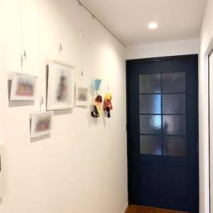 【リノベ後Web内覧会】⑮リビングの一角にピクチャーレールを設置、家族写真や子どもの作品のディスプレイコーナーに