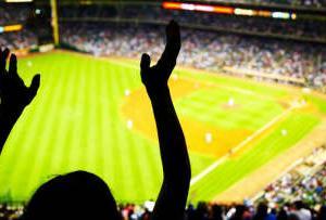 なぜプロ野球はMLBに観客数で勝ってチケット収入で負けるのか? 専門家が解説する仕組みの違い