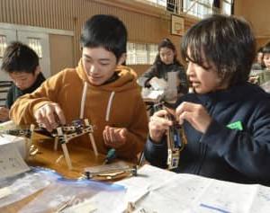 県産木材ロボットに 東温 プログラミングで操作