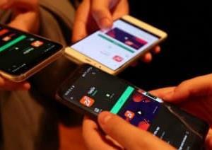 アルバニアの10代女子たち、家庭内暴力の被害者を救済につなぐアプリを作成