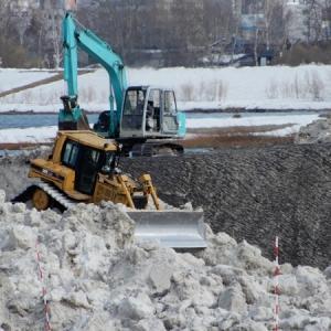 堆積場の雪割り作業
