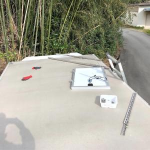 箱上に太陽光発電 100w設置