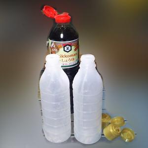 醤油などの空気入らないボトルを再利用して安いものや自家製調味料を入れる