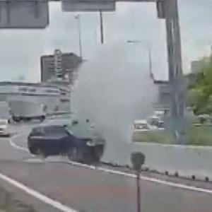 """【ニュース】愛知県 乗用車がバリケードに突っ込み白煙あげる 「考え事をしていてぶつかった」…ドラレコが捉えた""""事故の瞬間"""" 名古屋市"""