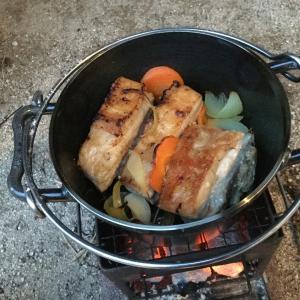 お肉がホロトロ!6インチダッチオーブンとコンパクト焚火台レシピ!ソロキャンプにもおすすめ!