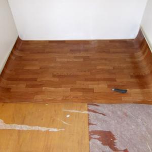 床材を貼っていきます
