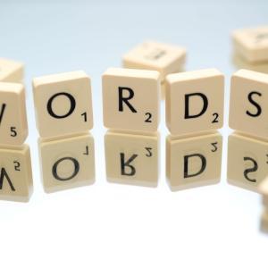 英語の動詞類義語の使い分け一覧「話す・聞く・見る・食べる・会う」