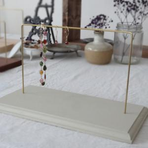 新作「ユーカリの木でできたピアススタンド/枠デザインあり/color:ヘンプベージュ」