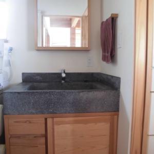【家】洗面台のシンクは珍しい素材です。