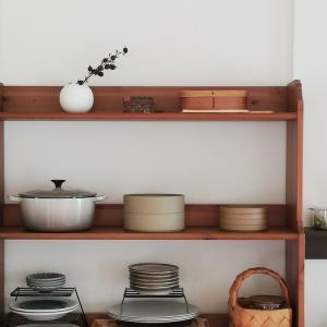 食器棚を片付けました。お皿を綺麗に整頓して見せる収納。